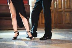 Danseurs de salle de bal dansant des couples image libre de droits
