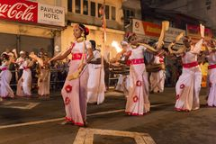 Danseurs féminins au festival d'Esala Perahera à Kandy Photo stock