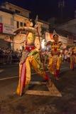 Danseurs féminins au festival d'Esala Perahera à Kandy Images stock