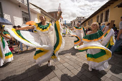 Danseurs féminins dans la robe traditionnelle Images stock