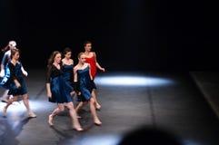 Danseurs féminins exécutant sur l'étape Photo stock