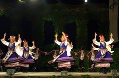 Danseurs féminins folkloriques de rotation sur l'étape Image libre de droits