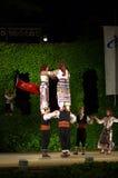 Danseurs féminins turcs droits sur des épaules des hommes Image stock