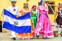 Danseurs folkloriques avec le drapeau national du Salvador, Guatemala images stock