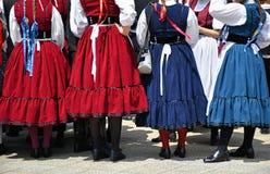 Danseurs folkloriques dans l'habillement traditionnel photographie stock
