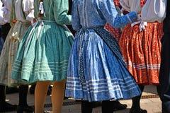 Danseurs folkloriques dans l'habillement traditionnel images libres de droits