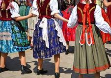 Danseurs folkloriques dans l'habillement traditionnel photographie stock libre de droits
