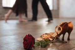 Danseurs gracieux tangoing dans le studio de danse Photographie stock libre de droits
