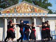 Danseurs grecs contre l'architecture grecque Photographie stock