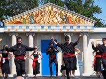 Danseurs grecs contre l'architecture grecque Photographie stock libre de droits