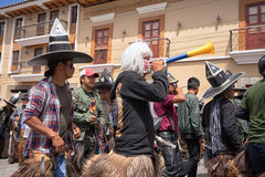 Danseurs indigènes masculins pendant l'Inti Raymi en Equateur Photos stock