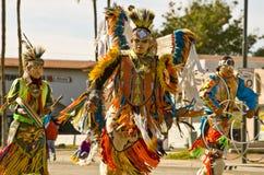 Danseurs indigènes traditionnels d'Amercian dans le défilé Image libre de droits