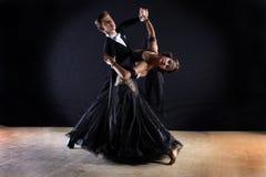 Danseurs latins dans la salle de bal Image stock
