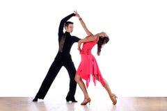 Danseurs latins dans la salle de bal Photos libres de droits