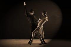 Danseurs latins dans la salle de bal d'isolement sur le noir Photos stock