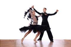 Danseurs latins dans la salle de bal sur le fond blanc Images libres de droits