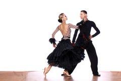 Danseurs latins dans la salle de bal sur le fond blanc Photos stock