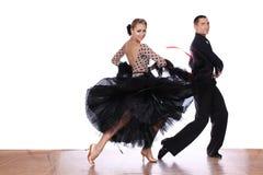 Danseurs latins dans la salle de bal sur le fond blanc Photographie stock