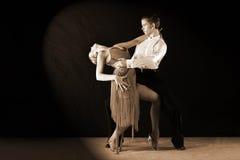 Danseurs latins dans la salle de bal sur le noir Photos libres de droits