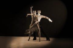 Danseurs latins dans la salle de bal sur le noir Images libres de droits