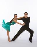 Danseurs latins de salle de bal avec la pose verte de robe Image libre de droits