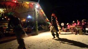 Danseurs polynésiens de mâle de Tahitian de l'île du Pacifique banque de vidéos