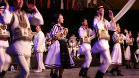 Danseurs roumains dans le costume traditionnel Photographie stock libre de droits