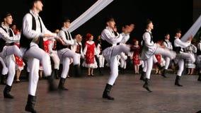 Danseurs roumains dans le costume traditionnel banque de vidéos