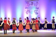 Danseurs serbes de la jeunesse images libres de droits