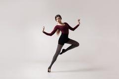 Danseuse de jeune femme dans la pose marron de maillot de bain photographie stock libre de droits