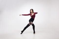 Danseuse de jeune femme dans la pose marron de maillot de bain image libre de droits
