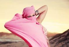 Danseuse du ventre de l'adolescence exécutant sur la plage Images libres de droits