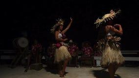 Danseuses polynésiennes de femelle de Tahitian de l'île du Pacifique banque de vidéos