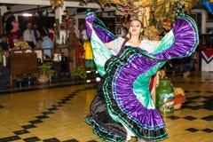 Dansflicka i traditionell dräktdans på showen, Costa R Royaltyfri Fotografi