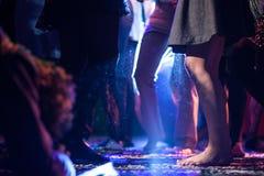 Dansfolk i diskotek Royaltyfri Bild