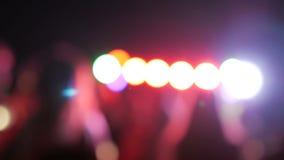 Dansfolk på ett parti Defocused konturer av folk på dansgolvet lager videofilmer