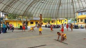 Dansgroep het dansen traditionele dans van Ecuatoriaans Amazonië in het Ciudad Mitad del Mundo turistic centrum dichtbij van de s stock foto