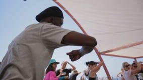 Dansgrupp på höft-flygtur för en grupp människor från en yrkesmässig dansare på kusten lager videofilmer