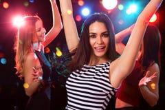 dansing在党的愉快的女孩乐趣 图库摄影