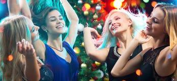 dansing在党的愉快的女孩乐趣 免版税库存图片