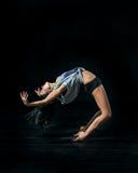 dansing在白色背景的年轻跳芭蕾舞者 免版税库存照片
