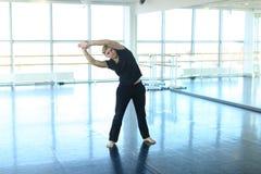 Dansinstruktör som gör uppvärmning på studion royaltyfri foto