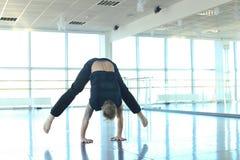 Dansinstruktör som gör uppvärmning på studion arkivfoto