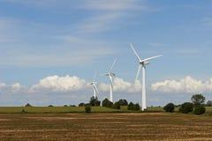 Dansk bygd med väderkvarnar Arkivfoton