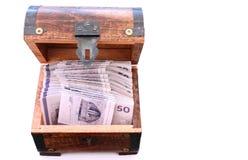 Danska pengarräkningar i en träbröstkorg arkivfoton