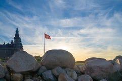 Danskaflagga på dramatisk himmel Royaltyfri Bild