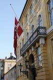 DANSKAFLAGGA PÅ HALV MAST_GULE PALAE AMALINEBORG Royaltyfria Foton