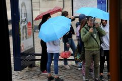 Danskan rider ut regnig dag i copenhagen arkivbilder