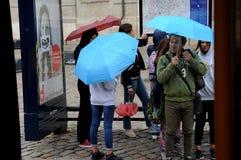 Danskan rider ut regnig dag i copenhagen royaltyfria foton