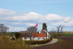 Danskt lantbrukarhem i den danska bygden Arkivfoto